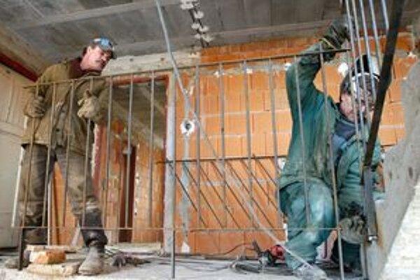 Stavbári mali vlani menej práce.