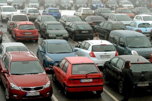 Cenné veci by sme nemali nechávať v zaparkovaných autách.