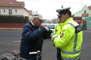 Cyklista pri policajnej kontrole prítomnosti alkoholu.