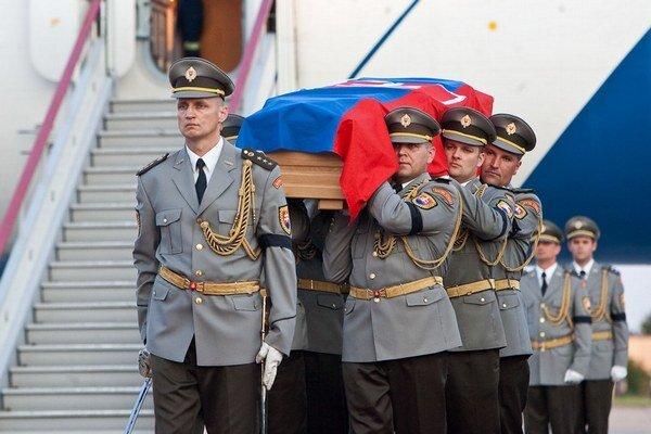 Telo Daniela Kavuliaka priviezol na Slovensko vládny špeciál.
