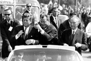 John F. Kennedy, starosta Západného Berlína Willy Brandt a nemecký kancelár Konrad Adenauer v Západnom Berlíne 26. júna 1963.