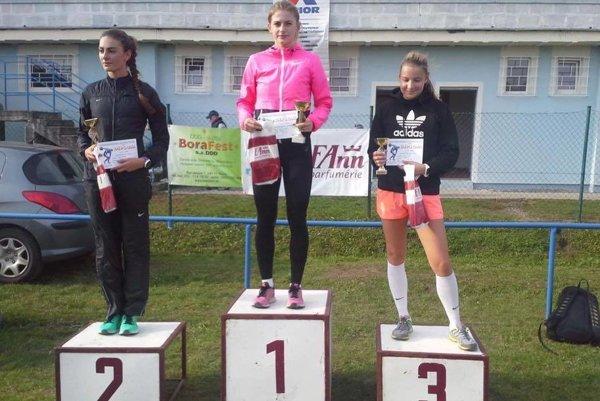 Stupne víťazov v Dudinciach, Nikola Štefundová (v strede) a Sára Budáčová (vľavo).