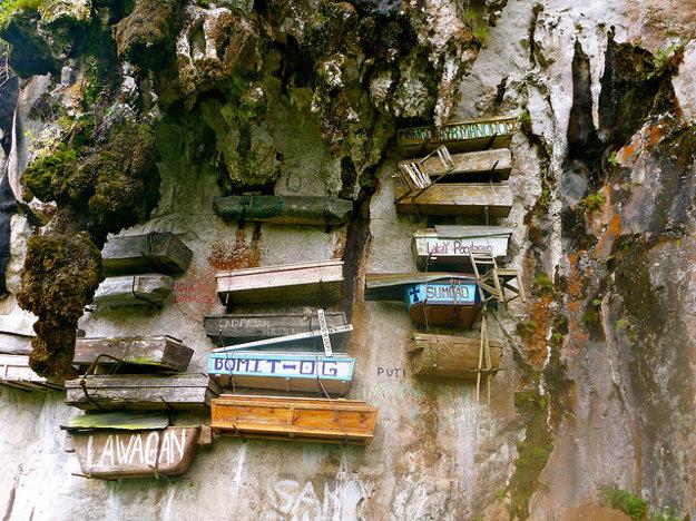 Zavesené rakvy v Sagade na Filipínach.
