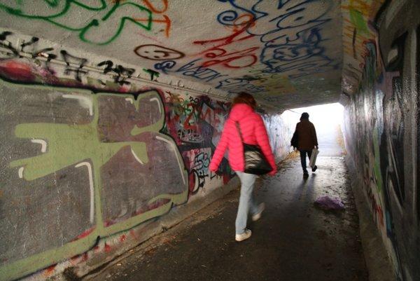Podchod je neustále terčom vandalov.