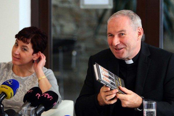 Biskup Róbert Bezák a autorka knihy o ňom Marie Vrabcová.