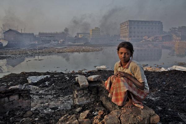Malé dievčatko neďaleko továrne na lepidlá, ktorá je najväčším znečistovateľom vzduchu v Bangladéši.