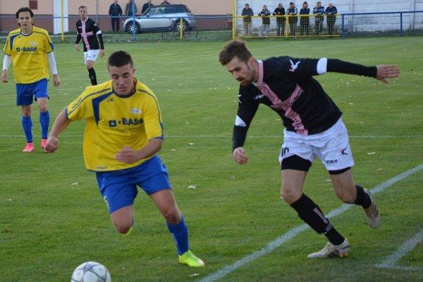 Igor Sporina (vpravo) strelil v Leviciach dva góly, víťazný padol v 90. minúte.