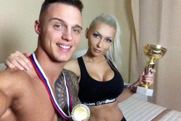 Matúš Satin sa tešil zo zlatej medaily spolu s priateľkou Máriou.