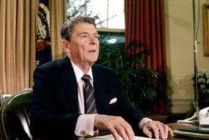 Ronald Reagan v oválnej pracovni Bieleho domu v roku 1986.