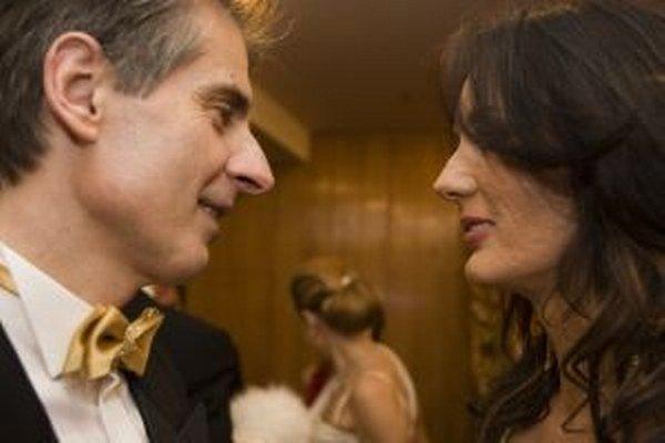 Peter Weiss s manželkou počas Plesu v opere.