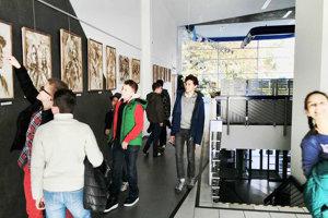 Výstavu manželov Kurákovcov Zemou maľované si prišli pozrieť aj žiaci z primy, sekundy a tercie púchovského gymnázia.