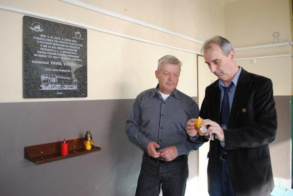 Za Pavla Virbu zapálili sviečky. Jozef Tomko (vľavo) a Martin Stanovský.