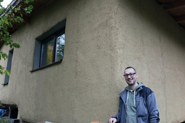 Ivan Hanko je hrdý na dom postavený výlučne z prírodných materiálov.