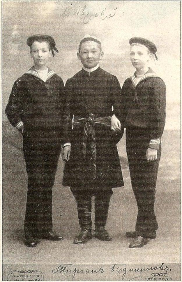 Almásy László (vľavo) s bratom Jánosom (vpravo) a chlapcom z Kirgizska počas detský rokov strávených na hrade Bernstein v rakúskom Burgenlande.