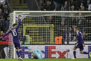 Massimo Bruno z Anderlechtu (vľavo) strieľa jeden z gólov do siete Mainzu.