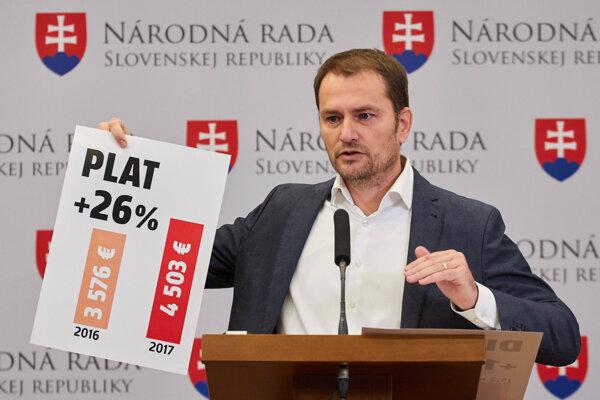 Predseda strany OĽaNO Igor Matovič počas brífingu na tému: Zaslúžia si poslanci vyššie platy?