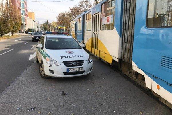 Odniesli si to plechy. Policajt si nevšimol prichádzajúcu električku.