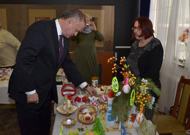 Andrej Kiska si prezerá výrobky nevidiacich a slabozrakých.