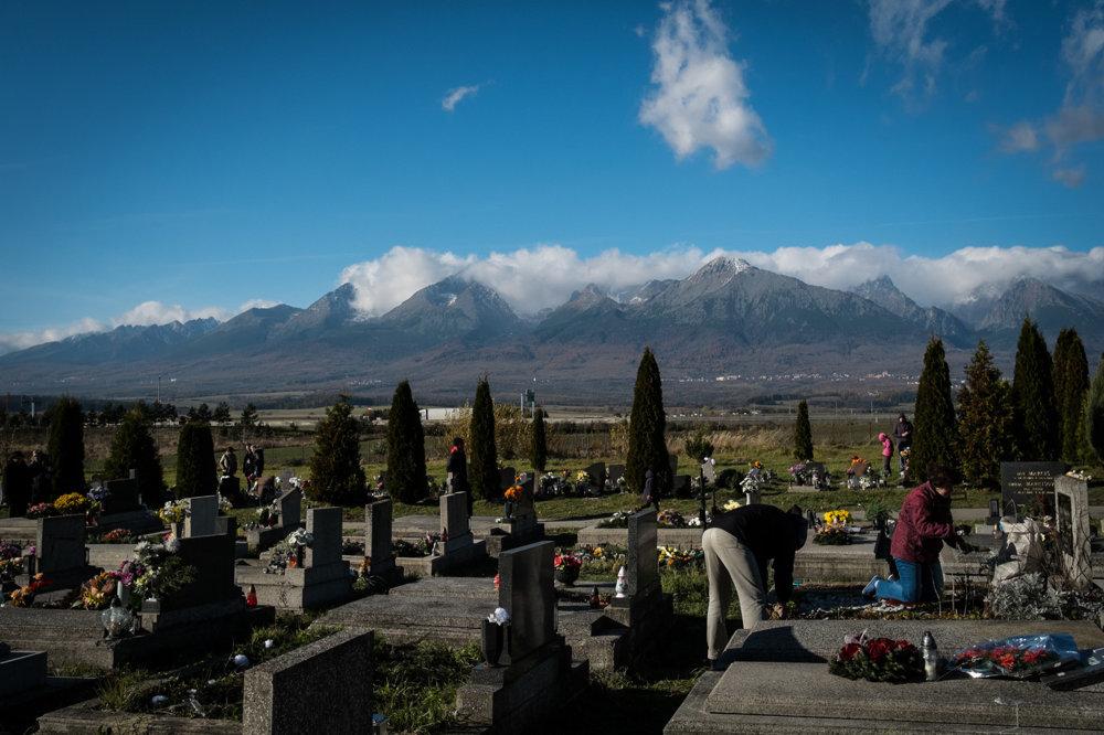 Príprava na dušičky na cintoríne v Poprade.