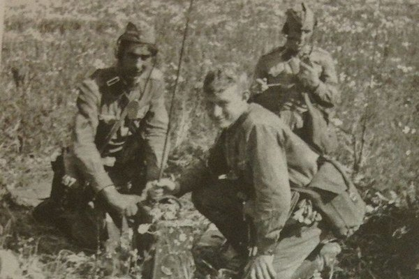 Boris Šmeljov (v strede) v Prahe-Ruzyni.