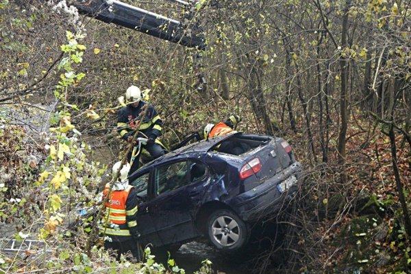 : Ľahké zranenie vodiča si vyžiadala vo štvrtok 3. novembra 2016 dopravná nehoda, ktorá sa stala v obci Košecké Podhradie.