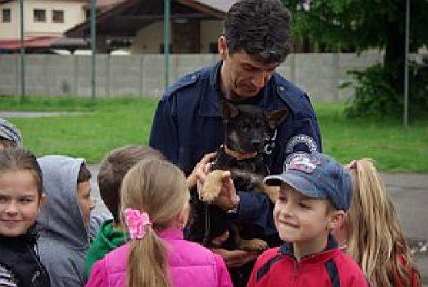 Argo ako šteniatko medzi deťmi. Meno mu vyberali práve deti.