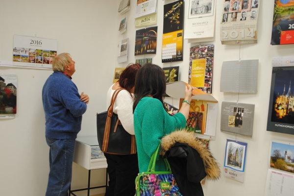 Výstava kalendárov. Exponáty sú malé umelecké diela.