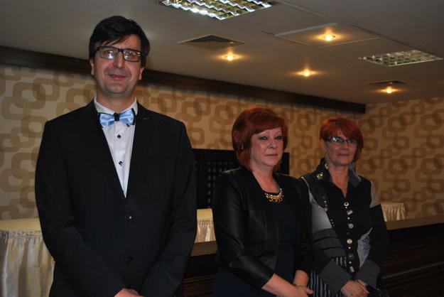 Noviny sú opísmenkách, ale aj očíslach. Michal Frank, Elena Dudášová, riaditeľka obchodu aJana Otriová, redaktorka.