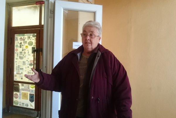 Pani Mária Dedinová. Býva vbloku na Sládkovičovej už 46 rokov. Požiar, ktorý vypukol po skrate velektromere 20. októbra popoludní, ju vystrašil. Našťastie sa nikomu nič nestalo.