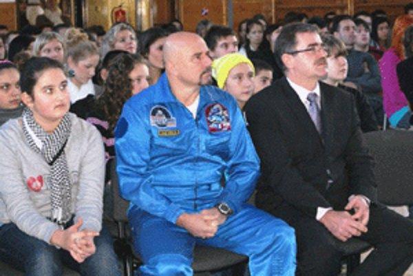 Ivan Bella si pozrel aj program, ktorý handlovskí gymnazisti pripravili.