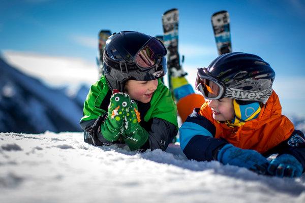 Nosenie prilby na svahu chráni deti pred úrazmi.