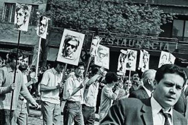 1. máj 1969, Bratislava. Trištvrte roka po tom, ako do Československa vtrhli ruskétanky, študenti Filozofickej fakulty pripravili akciu, ktorá bola viac než recesiou.Sprievod, ktorým sa oslavoval socialistický sviatok práce, spestrili tým, že namiesto