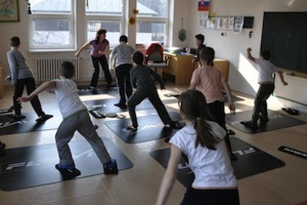 Cvičenie na podložke je zajímavé, atraktívne a vhodné pre každé dieťa, bez ohľadu na jeho pohybové schopnosti a danosti.