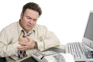 Ak kyslý obsah žalúdka tečie späť do pažeráka, pociťujeme to ako nepríjemný pálivý pocit postupujúci v oblasti od žalúdka smerom k hrudi - pálenie za hrudnou kosťou.