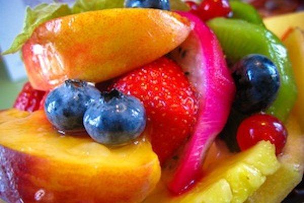 Kyseliny obsiahnuté v ovocí a iných potravinách môžu spôsobiť eróziu zubnej skloviny.