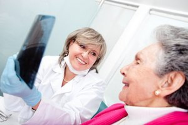Snímateľná náhrada či protéza nahradí väčšinu zubov, ale aj všetky. Do tých dnešných sa vsádzajú aj vysokoestetické keramické zuby.