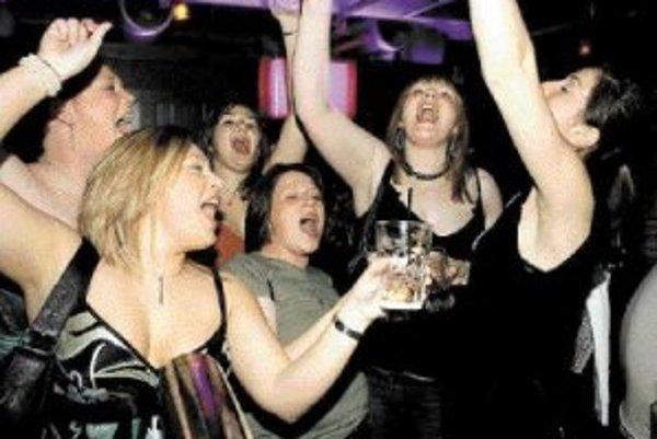 Problémy spojené s náročnou prácou v zahraničí a neraz s pocitom samoty v cudzom prostredí mnohých ľudí vedú častejšie k alkoholu. ILUSTRAČNÉ