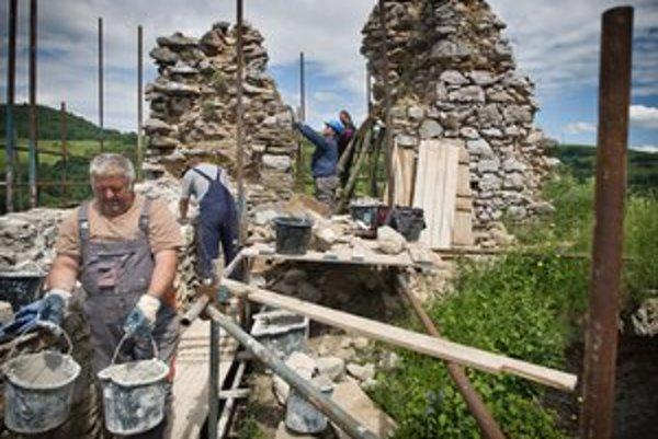 Kamene z hradu Lednica zberali miestni pre svoju potrebu. Teraz sa vracajú na pôvodné miesto.