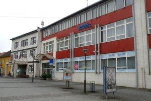 Už na budúci rok by mal byť prievidzský mestský úrad aj v budove, ktorá teraz patrí Slovenskej sporiteľni.