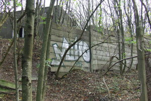 Betónový plot v minlosti základňu chránil po celom obvode. Pred ním bol ešte plot z pletiva. V medziprietore hliadkovali strážnici.