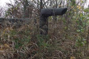 Zo zeme rastie komín. Znemá to, že pod povrchom je bunker.