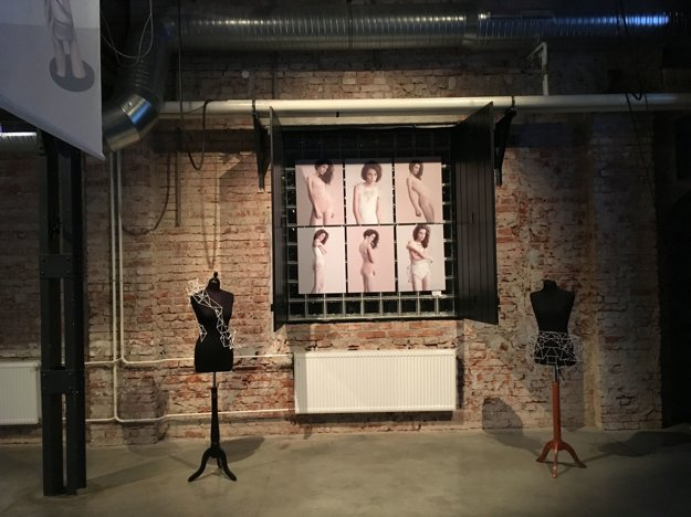 """Adriena Gornyitzki. Je absolventkou textilného dizajnu v Budapešti a Seville. Pri vzniku kolekcie """"Geometric line"""
