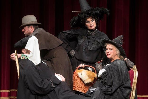 Pod vreckovkou Peter Cibula ako operný sólista Enrico Basilica. Nad ním Michal Soltész ako kočiš dostavníka, vpravo dole Adriana Krúpová ako čarodejnica Starenka Oggová, nad ňou Beáta Drotárová ako čarodejnica Babka Zlopočasná.