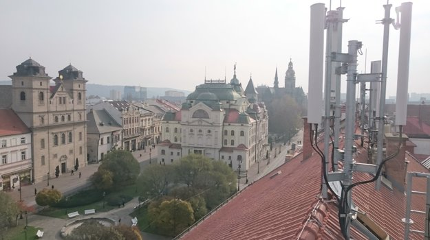 Tu pamiatkari maskovanie nepožadovali. Antény mobilných operátorov na streche budovy ZUŠ Márie Hemerkovej na Hlavnej 68 sú bez umelých komínov.