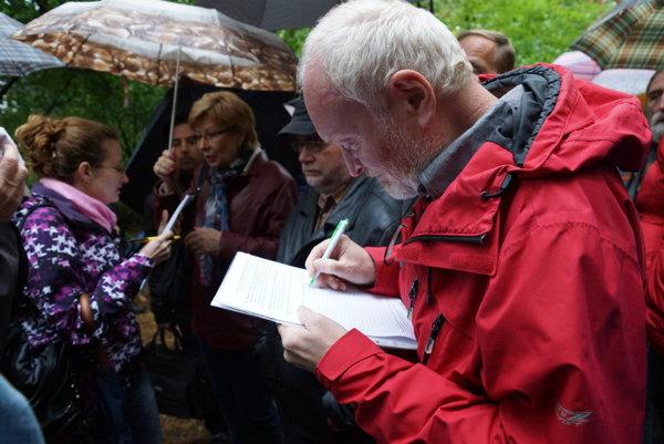 Jeden z prvých podpísaných. Za vyše mesiac získali aktivisti viac ako 2000 podpisov.