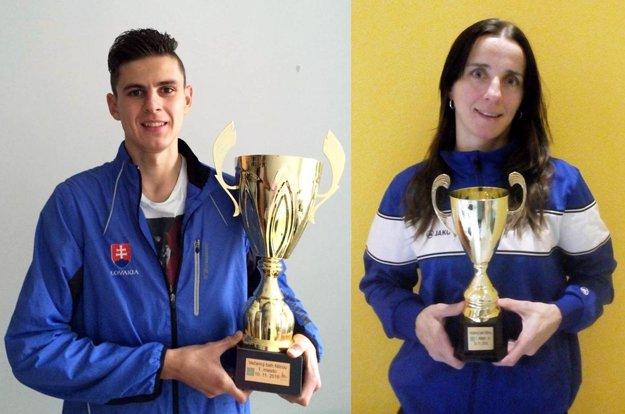 Víťazi pózujú s pohármi - vľavo Dávid Mazúch (vyhral kategóriu mužov do 40 r.), vpravo Monika Trnková (najlepšia medzi veteránkami).