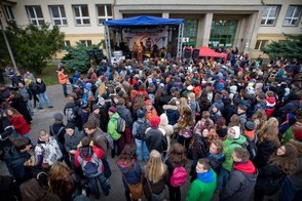 Gymnázium na Novohradskej patrilo v čase protestov za vyššie platy medzi najaktívnejšie.