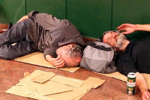 Bezdomovci si na prespatie hľadajú rôzne miesta.