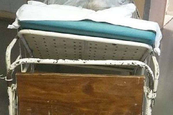 Pri prevoze. Stará posteľ nevydržala.