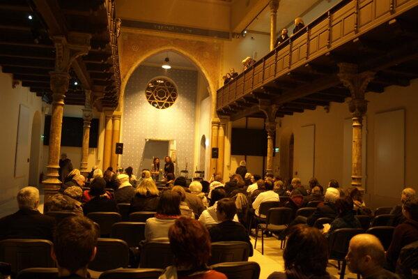 Fanúšikovia literatúry zaplnia  synagógu.